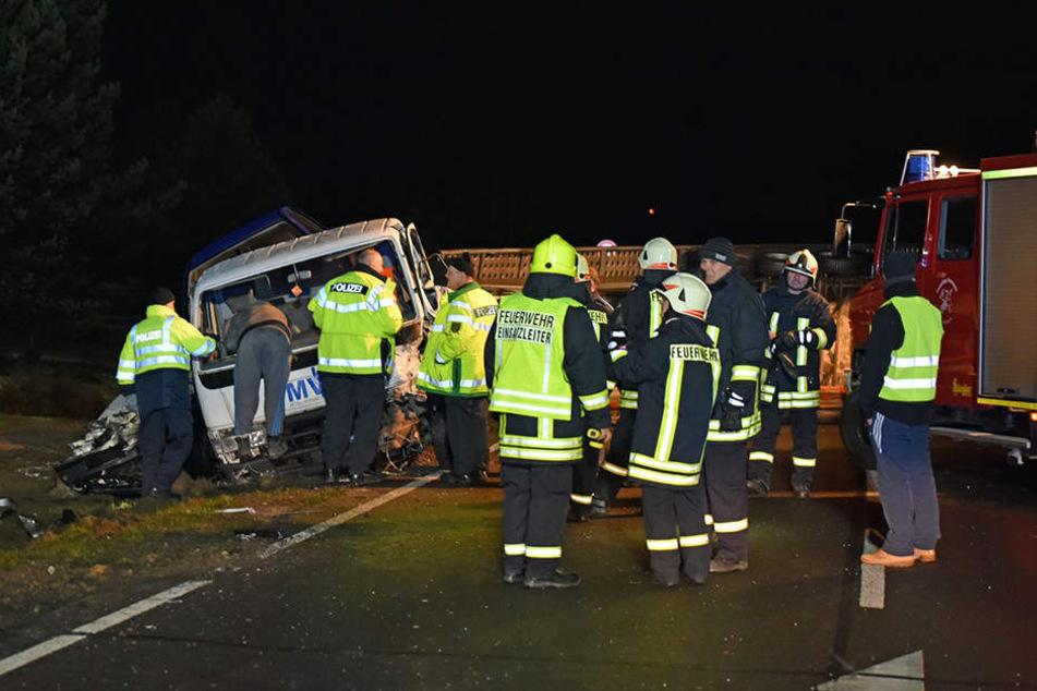 Zahlreiche Einsatzkräfte von Rettungsdienst, Feuerwehr und Polizei sicherten die Unfallstelle und kümmerten sich um die Verletzten.