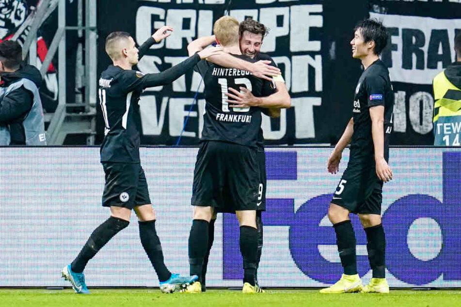 Mijat Gacinovic (Li.), Daichi Kamada (Re.), David Abraham (Mi. h.) und Martin Hinteregger bejubeln dessen Treffer zum zwischenzeitlichen 2:0 für die Eintracht.