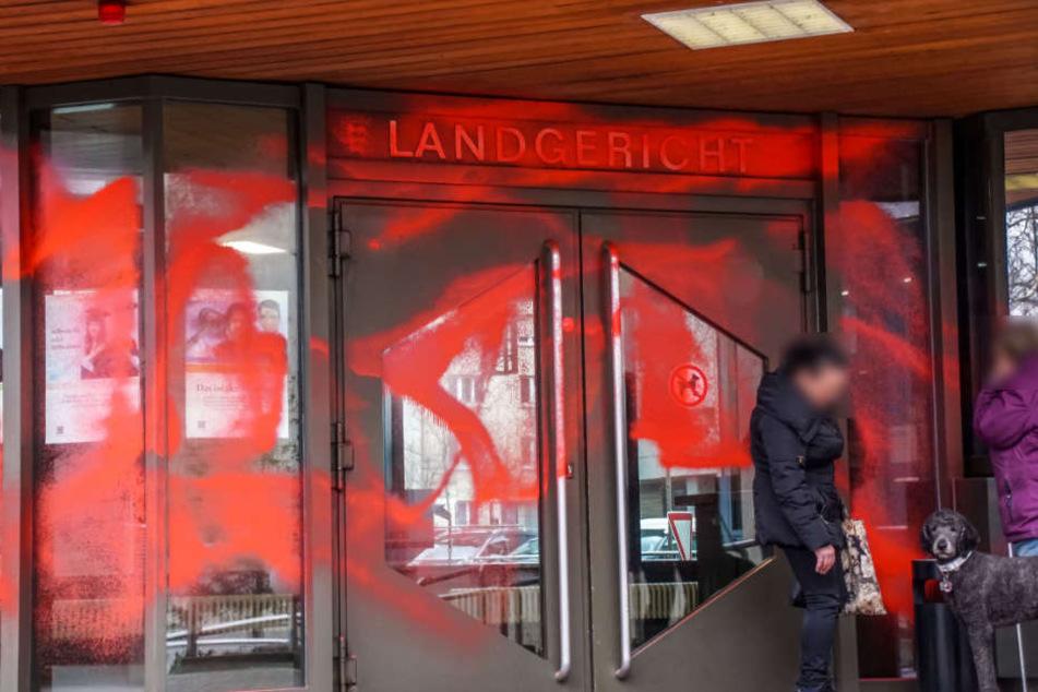 Großflächig beschmierten die Täter den Eingangsbereich mit Farbe.