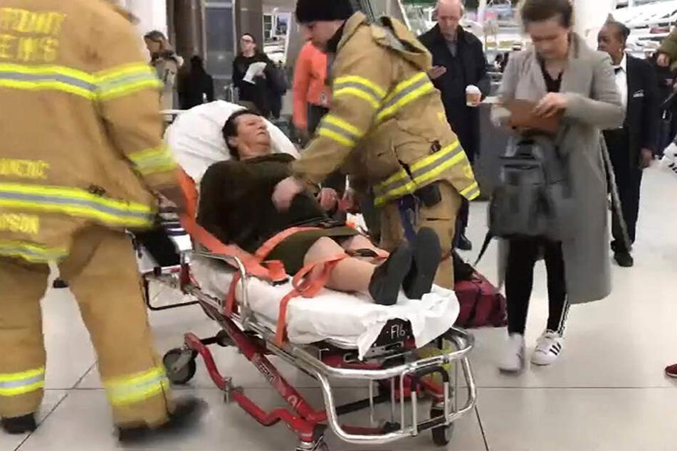 Das Videostandbild zeigt Rettungskräfte im Einsatz auf dem John F. Kennedy International Airport beim Betreuen eines verletzten Passagieres.