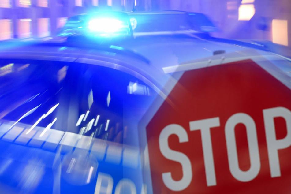 Der Motorradfahrer prallte gegen ein Verkehrsschild und verletzte sich dabei lebensgefährlich (Symbolbild)
