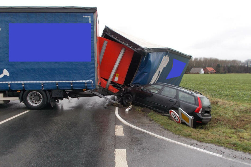 Der Anhänger des Lkw geriet völlig außer Kontrolle.