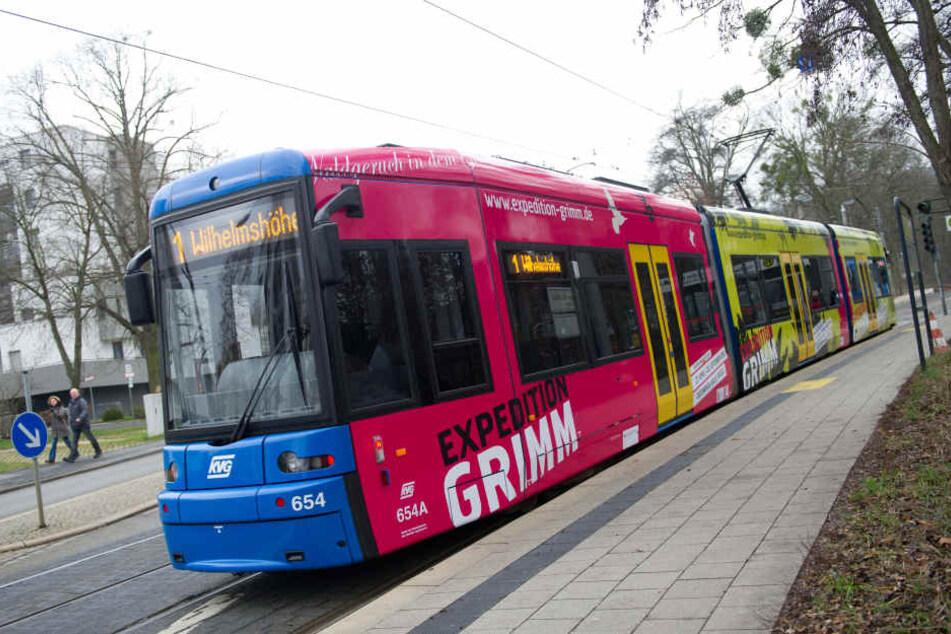 Die Straßenbahn erfasste den Rentner an der Hüfte. (Symbolbild)