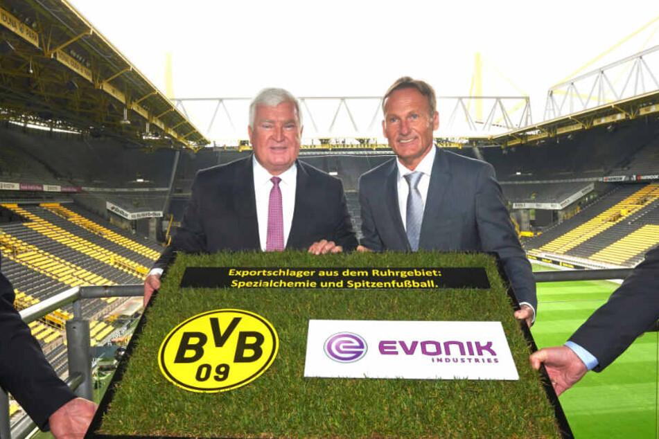 Hans-Joachim Watzke und der damalige Vorstandsvorsitzende von Evonik, Klaus Engel, posieren 2014 nach einer gemeinsamen Pressekonferenz im Signal Iduna Park. Ab der Saison 2020/21 kommt mit 1&1 noch als weiterer Brustsponsor hinzu.