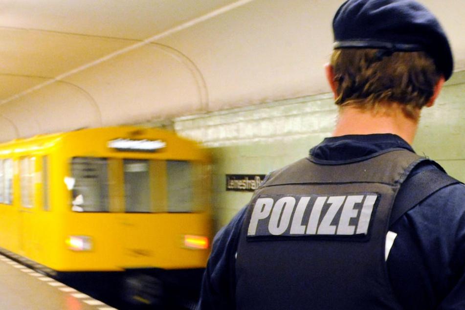 Alarmierte Polizisten nahmen den Mann schließlich fest. (Symbolbild)