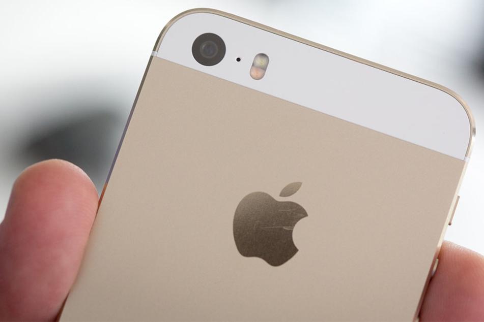 iPhones und andere Apple-Geräte sind von einer Software-Schwachstelle betroffen, die von einem Spionage-Programm ausgenutzt wird.