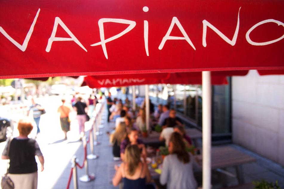 Die beliebte Restaurant-Kette Vapiano testet in einer Filiale in Ingolstadt Bedienungen.