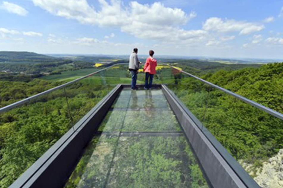 In Thüringen kann man jetzt in 500 Metern Höhe über einen gläsernen Steg laufen