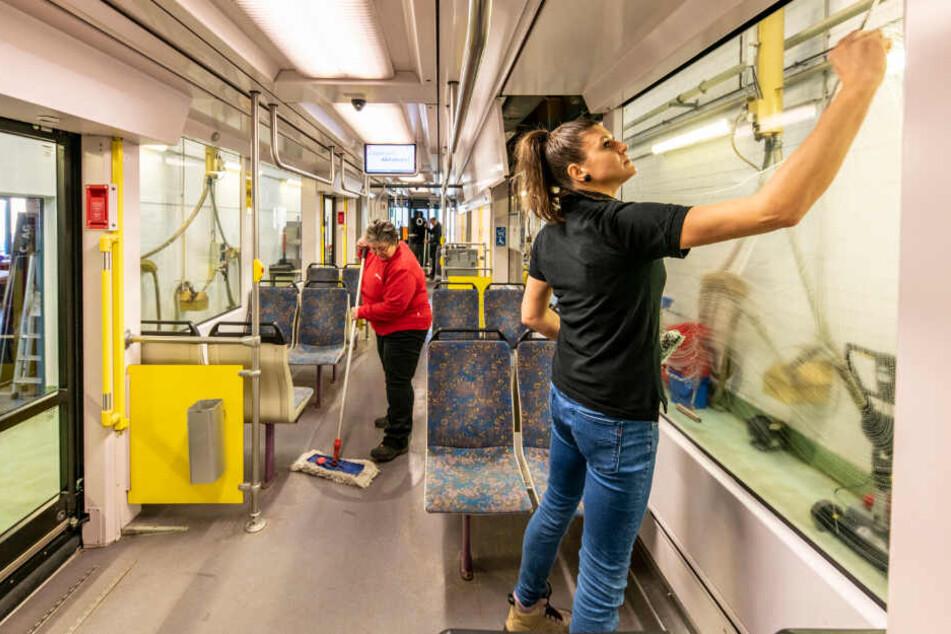Wischen, schrubben und noch einiges mehr: Die CVAG-Personenbeförderungs-Fahrzeuge werden täglich gereinigt.