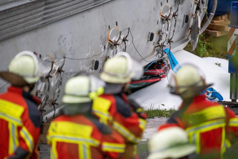 Die Retter vermuten, dass mindestens ein Mensch in dem Kleinwagen eingeklemmt wurde.