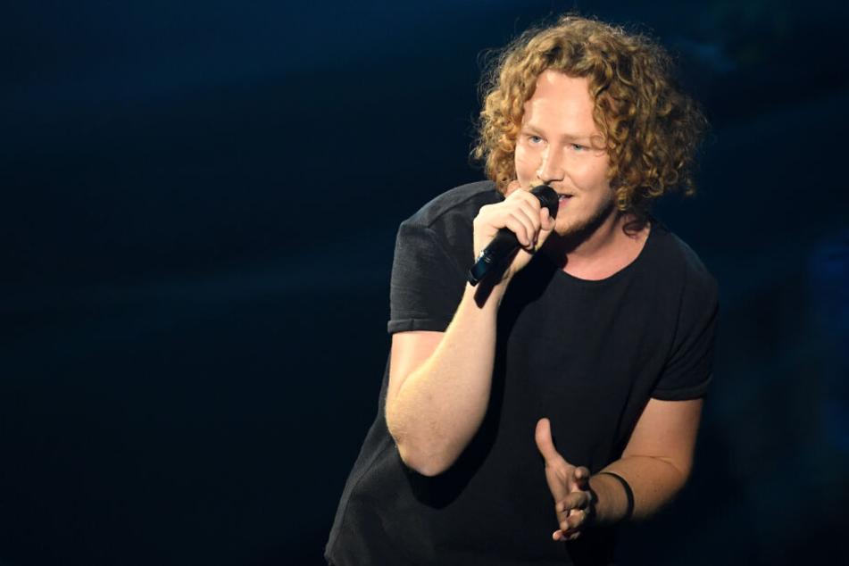 """Der Sänger Michael Schulte beim Vorentscheid für den Eurovision Song Contest """"Unser Lied für Israel"""" auf der Bühne."""
