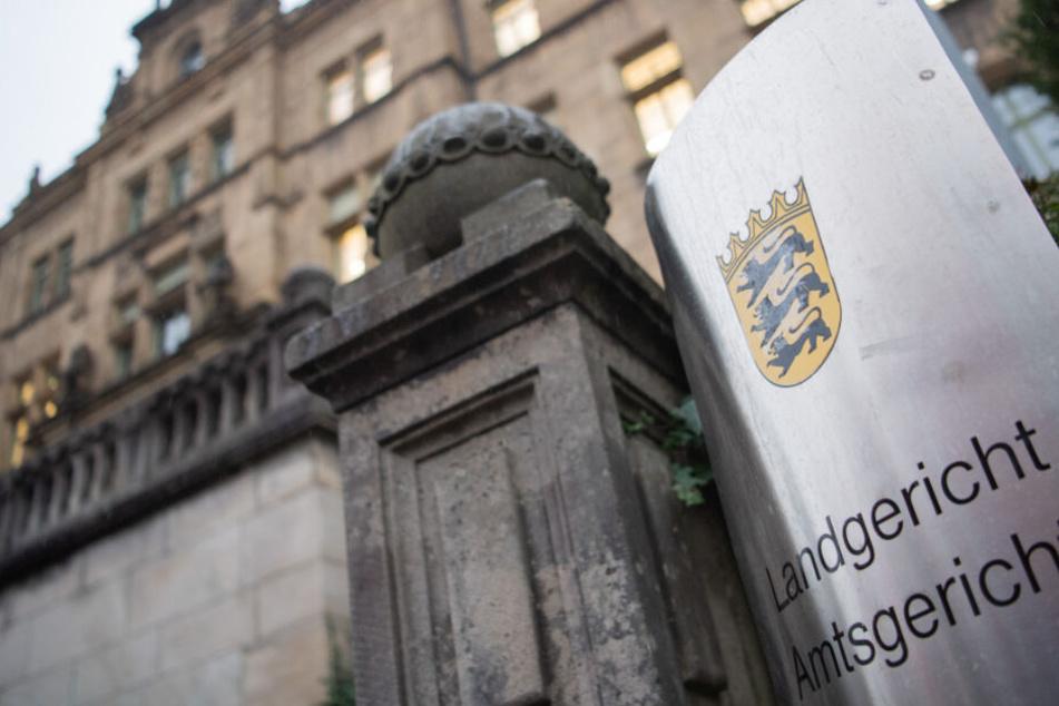 Ein Schild mit der Aufschrift Landgericht und Amtsgericht hängt vor dem Landgericht in Tübingen.