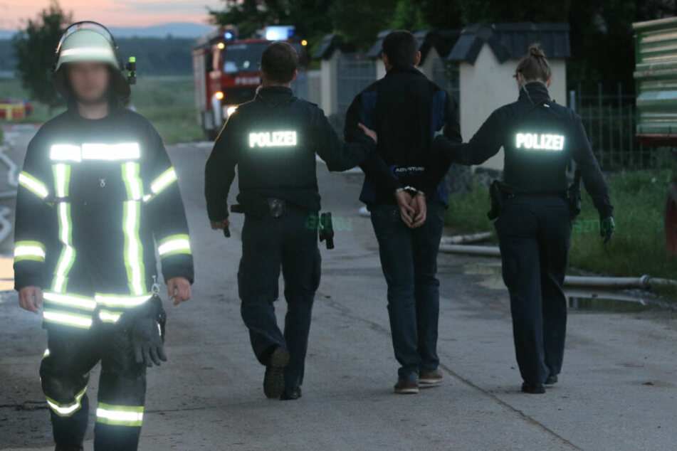 Noch während der Löscharbeiten wurde eine Person festgenommen.