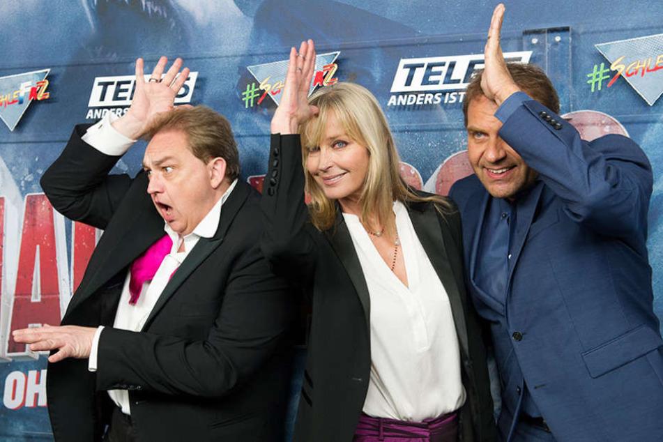 """Oliver Kalkofe (l-r), die amerikanische Schauspielerin Bo Derek und Peter Rütten posieren in Berlin bei der Premiere des Films """"Die schlechtesten Filme aller Zeiten: Sharknado 3""""."""