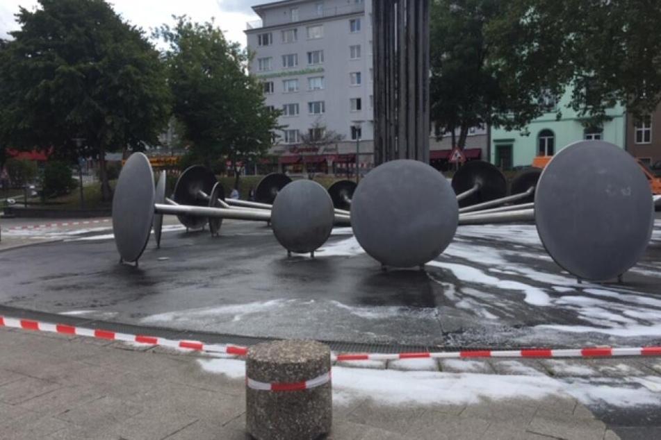 Der Brunnen am Ebertplatz war am Montag voller Schaum.