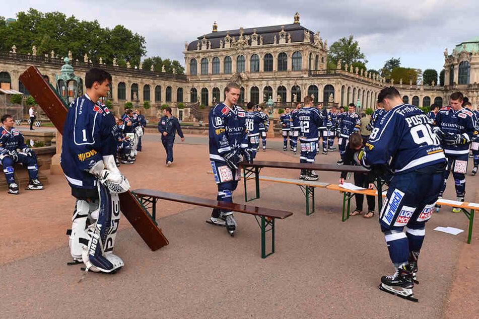 In fast kompletter Ausrüstung (fehlte nur der Helm) bauten die Eislöwen am Mittwoch im Zwinger die Bänke fürs Mannschaftsfoto auf.