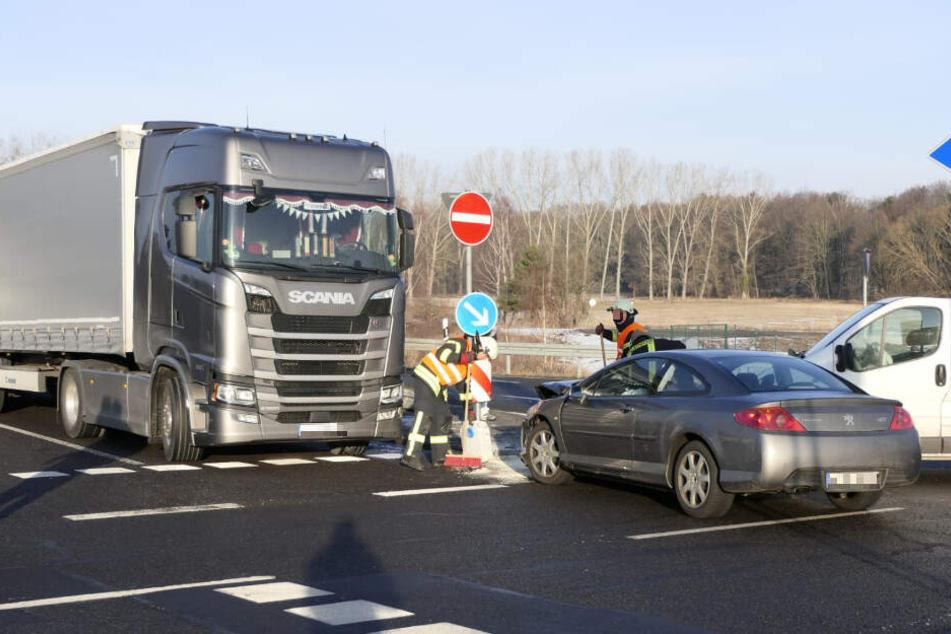 Auto, Transporter und Lkw stoßen auf Autobahn-Auffahrt zusammen