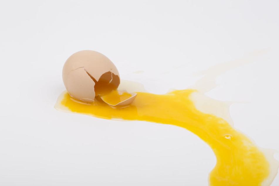 In der Nacht zu Sonntag wurden in Chemnitz mehrere Einrichtungen mit Eiern beworfen. (Symbolbild).