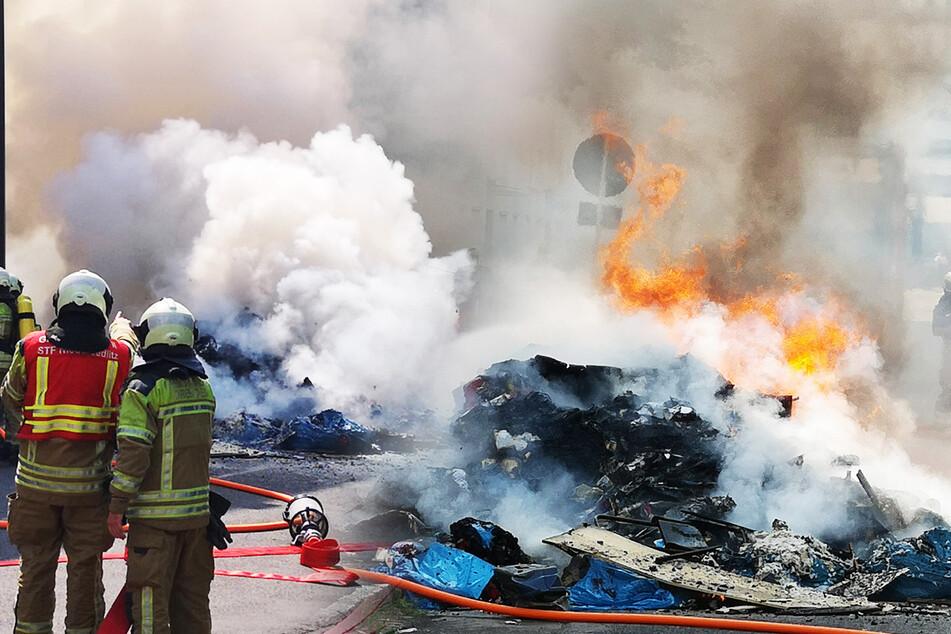 Ganze Straße in Rauch gehüllt: Brennende Ladung aus Müllauto auf Straße gekippt!