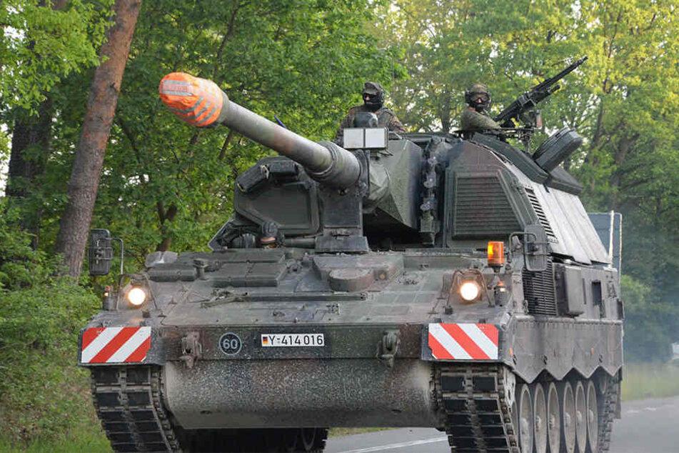 Zu den 400 Fahrzeugen zählen auch zahlreiche Panzer.