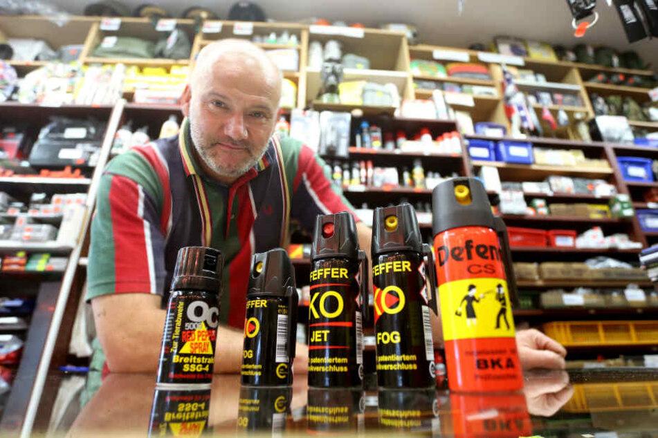 Der Chemnitzer Händler Tobias Schneider (54) hat bereits 20 Sorten Pfefferspray im Sortiment.