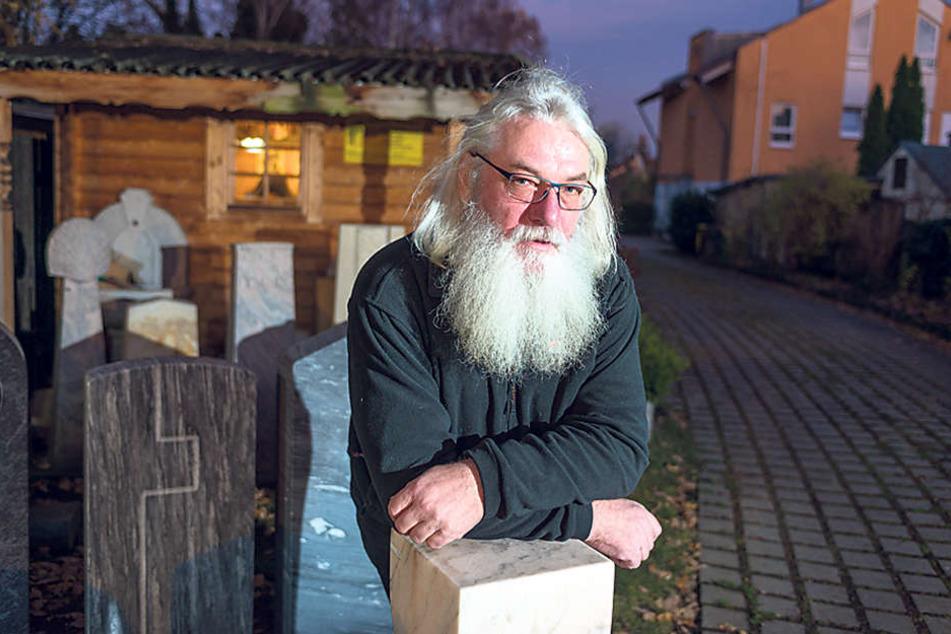 Steinmetz Andreas Hempel (58) graviert neuerdings auch Snowboards oder Fußbälle in die Grabsteine. Kirchliche Symbole oder Psalme werden aber kaum mehr gewünscht.