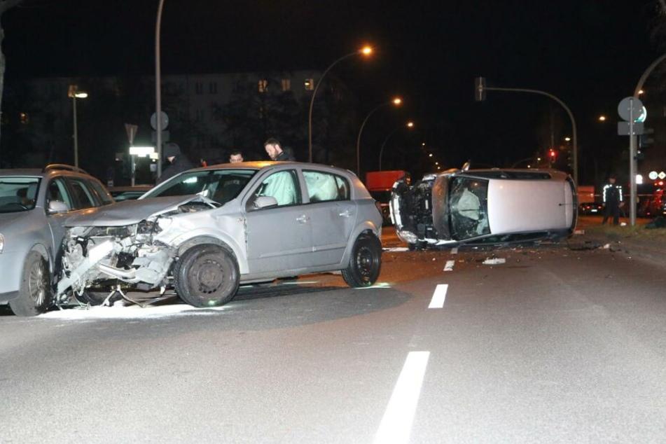 Berlin: Fataler Crash nach Autorennen: Raser krachen in unbeteiligte Fahrzeuge