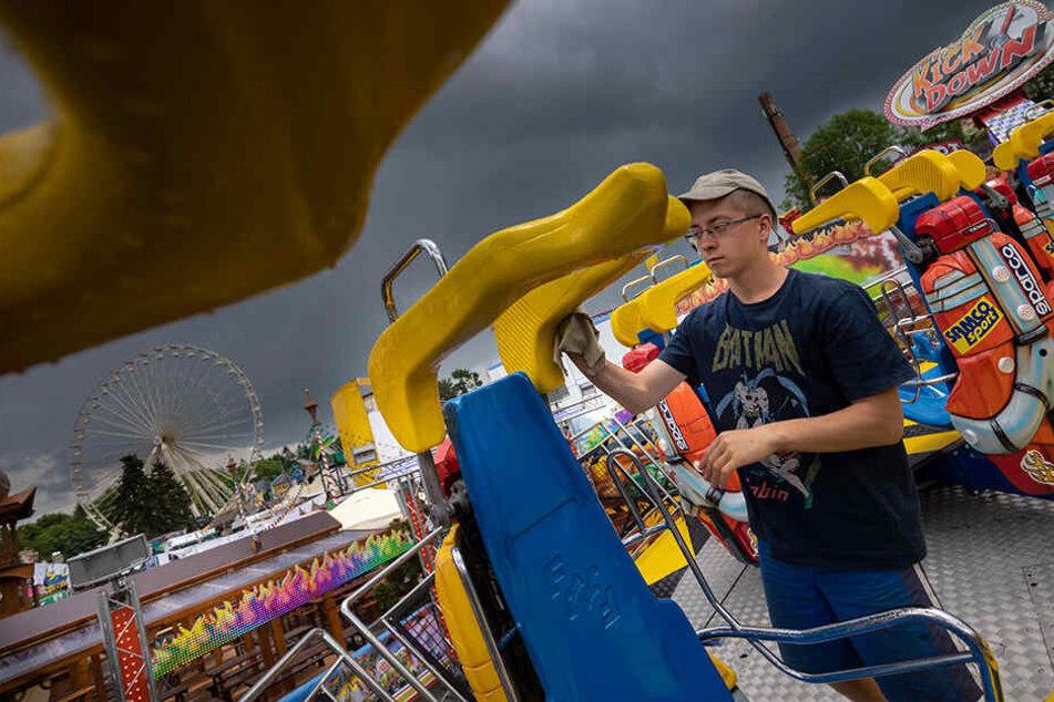 """Typisches Kät-Regenwetter ist für dieses Jahr nicht angesagt - David (18) befreite gestern noch schnell das """"Kick Down"""" von den letzten Regentropfen."""