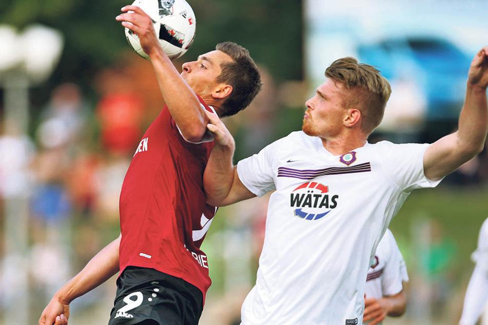 Angelt sich Dynamo Artur Sobiech (l.)? Vergangene Saison kickte er mit Hannover 96 gegen Aue. Hier gewinnt er ein Luftduell gegen Steve Breitkreuz.