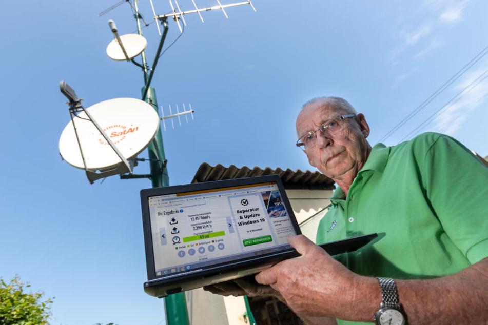 Auf dem Laptop prüft Gerd Anke die Internetgeschwindigkeit - 13,4 Mbit ist ihm viel zu langsam.