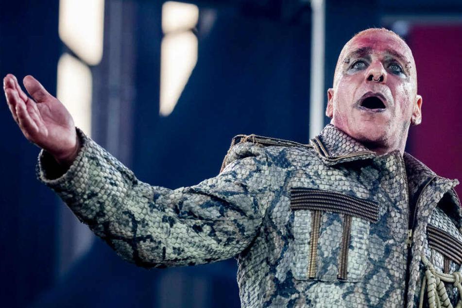 ill Lindemann, Frontsänger von Rammstein, tritt beim Konzert der Band Rammstein im Olympiastadion auf. (Archivbild)