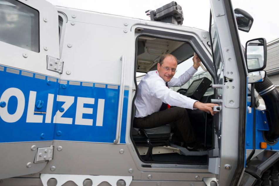 Die Fahrzeuge werden aus dem 15 Millionen Euro schweren Anti-Terror-Paket des Freistaates Sachsen finanziert.