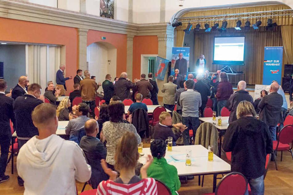 Jubel bei der AfD-Wahlparty in Dresden. Dort wurde  etwas vorschnell der angebliche Sieg von Direktkandidat Jens Maier verkündet.  Später wendete sich das Blatt.