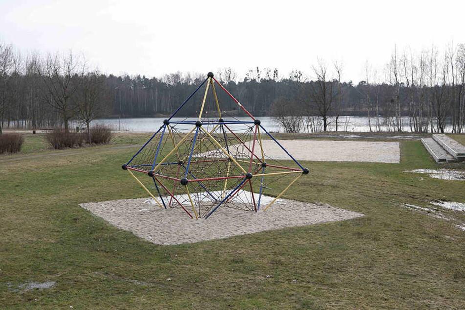Der Spielplatz am See ist beliebter Treffpunkt für Kinder und Mütter im Ort.