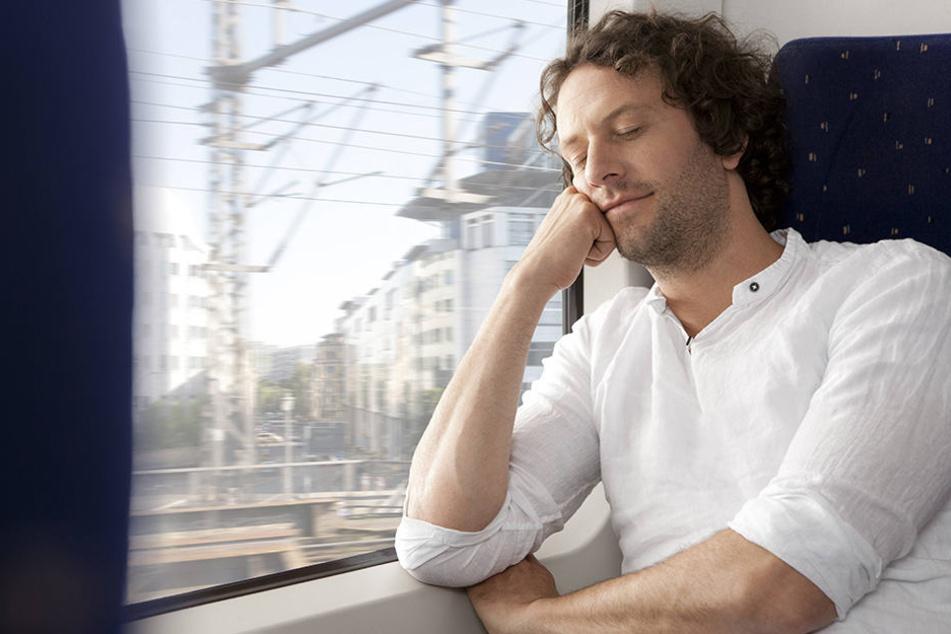 Ein 43-Jähriger wurde im Zug fies beklaut. Die Diebe stahlen das Geld für seine Hochzeit. (Symbolbild)