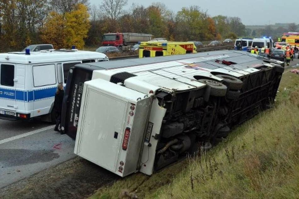 Der Bus kippte bei dem Unfall um. 25 Menschen wurden verletzt. (Symbolbild)