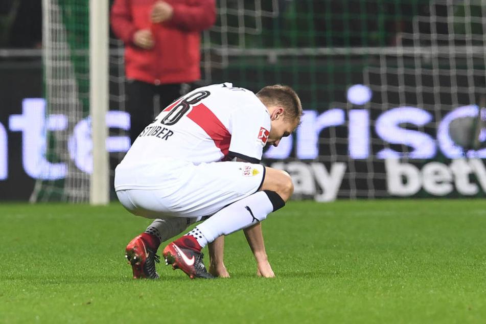 Stuttgarts Holger Badstuber hockt nach dem Abpfiff des Spiels auf dem Platz.