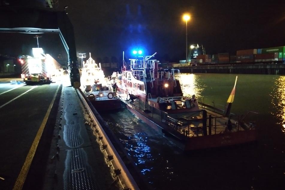 Die Feuerwehr half mit einem Löschboot. So wurde das eingedrungene Wasser im Schiff abgepumpt.