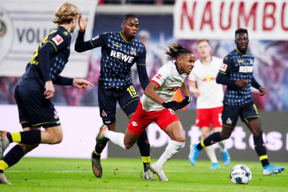 Diese Szene führte zum Elfmeter: Der Kölner Kingsley Ehizibue (Zweiter von links) foult den auffälligen RB-Angreifer Christopher Nkunku (Zweiter von rechts).