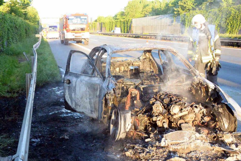 BMW brennt auf Autobahn komplett aus