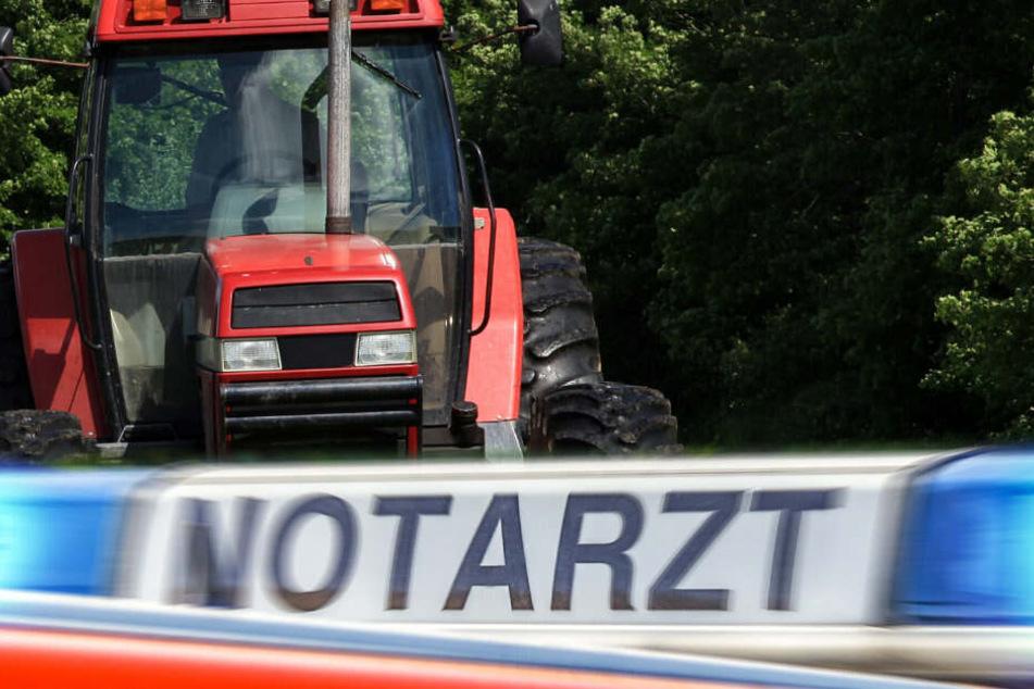 Traktor kollidiert mit Auto: Mann muss schwer verletzt ins Krankenhaus