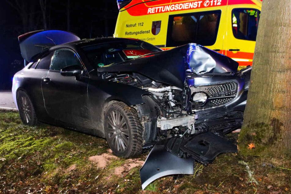 Der Fahrer soll schwer verletzt ins Krankenhaus gebracht worden.