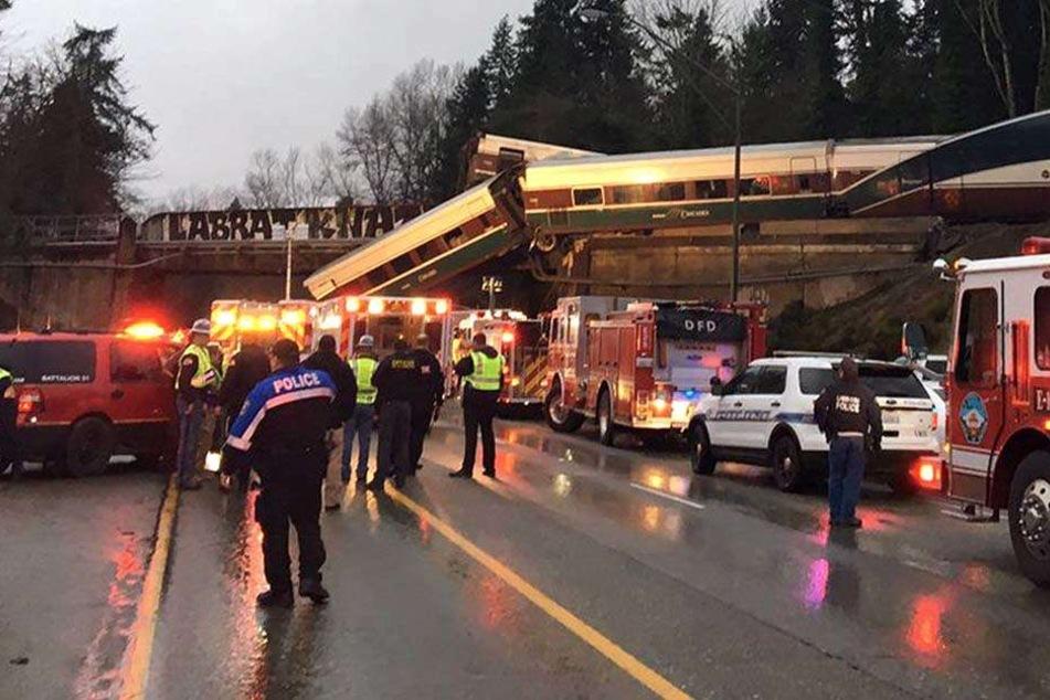 Bilder des Grauens! Zug entgleist bei voller Fahrt: Mindestens drei Tote