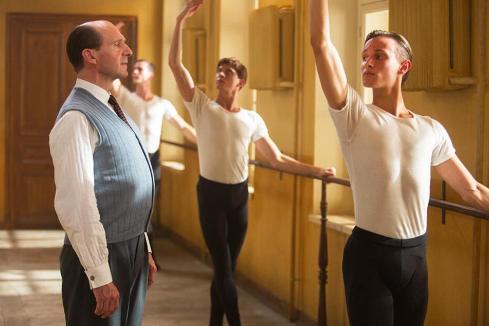 Alexander Puschkin (l., Ralph Fiennes) ist für Rudolf Nurejew (Zweiter von rechts, Oleg Ivenko) eine ganz wichtige Bezugsperson.
