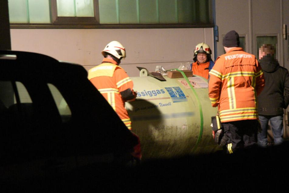 Feuerwehrleute am beschädigten Gasbehälter.