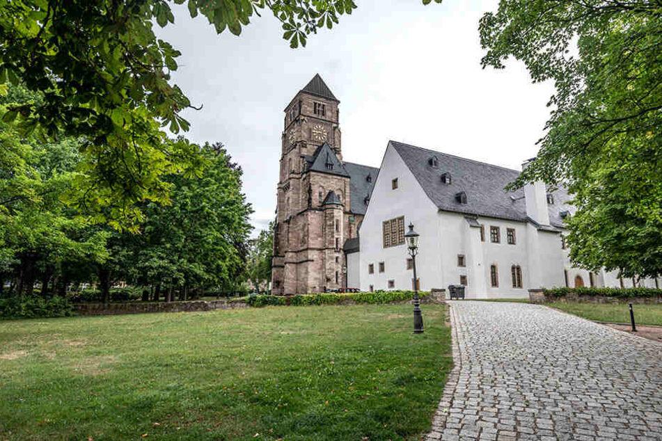 Die Kirchenwohnung befindet sich auf Uhren-Höhe.