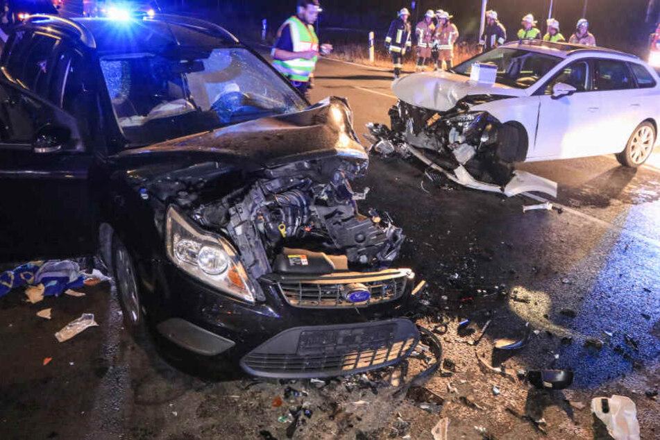 Frontal-Crash: Frau aus Auto geschnitten, fünf Personen verletzt