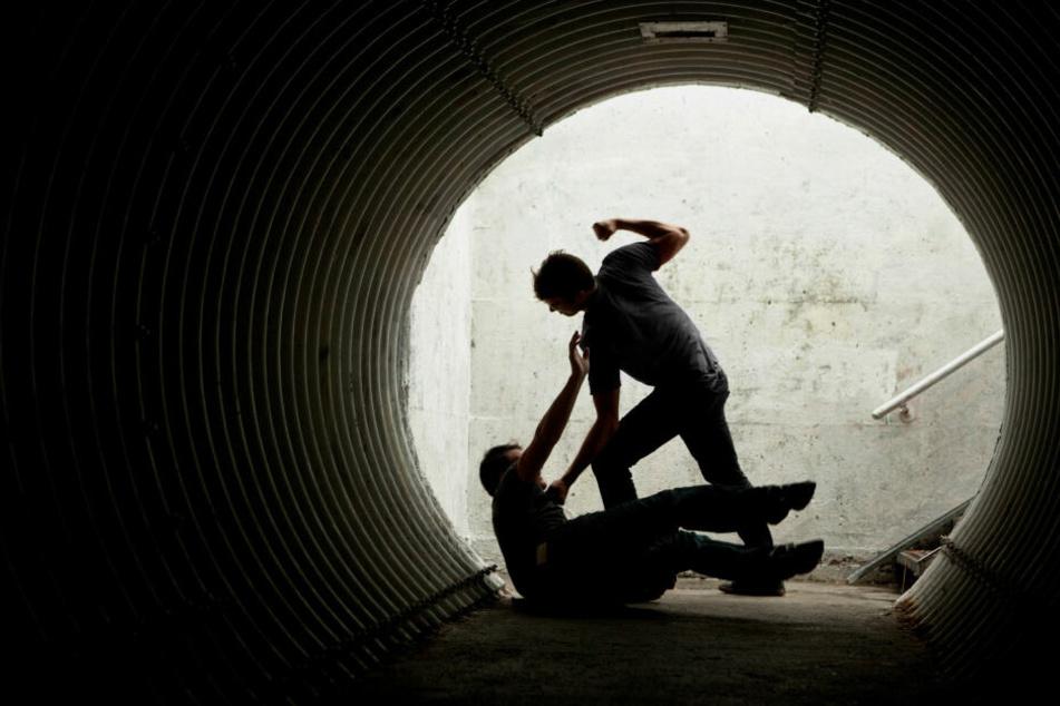 Der 27-Jährige drückte den Jugendlichen zu Boden und schlug auf ihn ein. (Symbolbild)