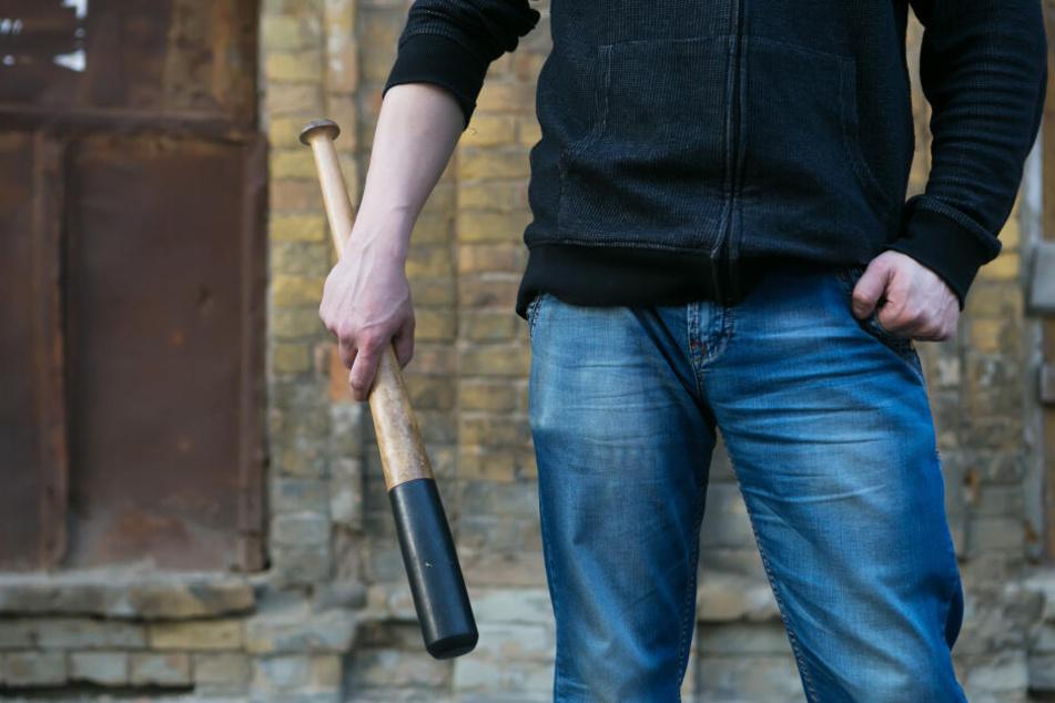 Streit vor Shisha-Bar: Ein Mann kehrt mit einem Schläger zurück (Symbolbild).