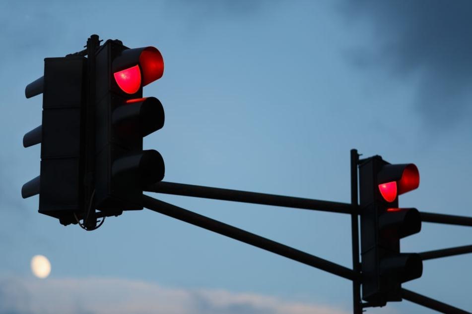 Der Fiat-Tranpsoter fiel der Polizei auf, weil er bei rot über eine Kreuzung fuhr. (Symbolbild)